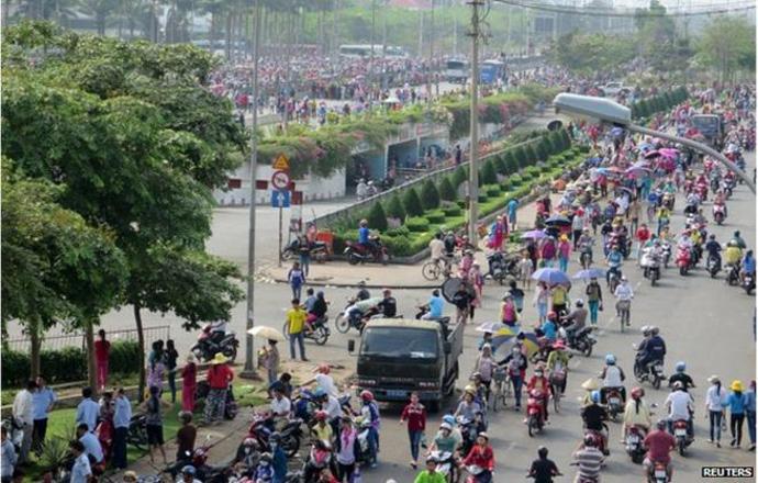 Saigón, 01/05/2015-Obreros de la fábrica de Nike y Adidas, ocupan el establecimiento y manifiestan en las calles contra medidas neoliberales del gobierno.