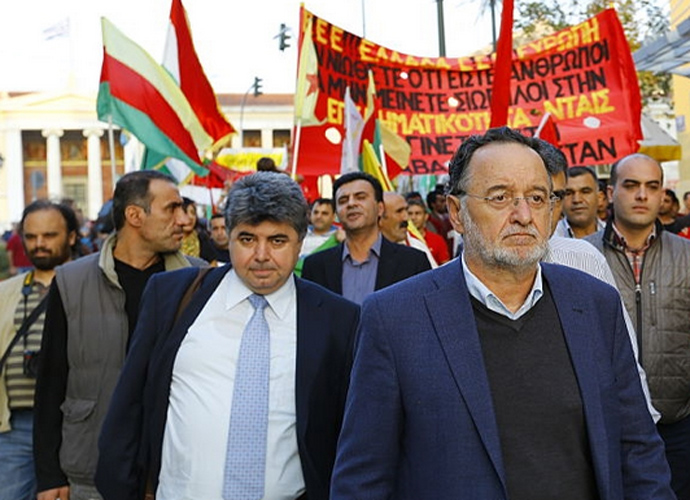 Panagiotis Lafazanis (adelante, a la derecha) un una manifestación de apoyo al pueblo kurdo. Lafazanis encabeza hoy la ruptura con Tsipras
